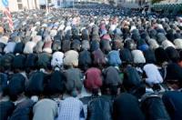 Мусульманам запретили молиться на улицах Парижа