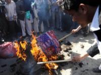 Афганцы забросали ворота базы США зажигательной смесью, протестуя против сожжения Корана