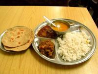 Разрешено ли продавать неверным пищу днем в Рамадан