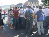 В Буйнакске родственники задержанного местного жителя в знак протеста перекрыли дорогу у ГОВД