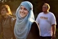 Немусульманки надели хиджаб из солидарности к сокурсницам
