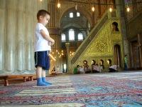 Имам турецкой мечети мотивирует детей к молитве планшетными компьютерами