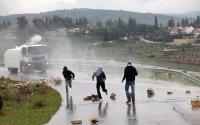 Израильская полиция распыляет на дома палестинцев зловонную смесь «Скунс»