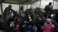 Полицейские не пускают беженцев из Сирии