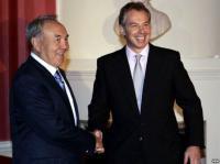 Тони Блэра упрекают в дружбе с Каддафи и бизнесе с Назарбаевым