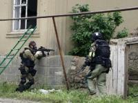 В г. Дагестанские Огни проходит спецоперация. Силовики обстреливают дом, в котором находятся три женщины и пятеро детей.