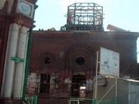 В Томске поднимают купол и минарет Красной мечети