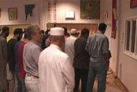 Мусульмане выстаивают ночные молитвы...в церкви