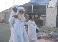 Пожилой пакистанец весь Хадж носил свою немощную мать на спине