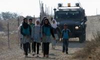 Палестинские дети ходят в школу под конвоем израильтян