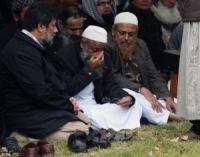Мусульманин совершил джаназа-намаз по погибшим детям и жене