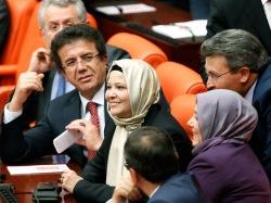 Турецкие женщины-депутаты пришли в парламент в хиджабах