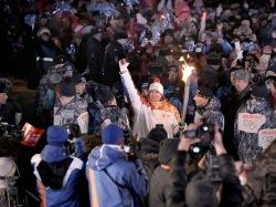 Олимпийский факел поджег знаменитого бобслеиста на эстафете в Хакасии