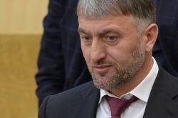Во время драки депутатов в Госдуме у Делимханова выпал золотой пистолет