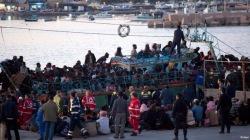 Обнаженных сирийских беженцев на морозе поливали дезинфектантом
