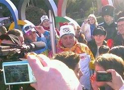 Олимпийский факел погас в руках мэра Сочи