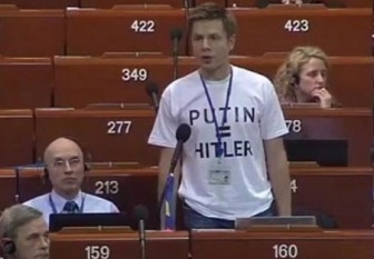 """В Совете Европы вспыхнул скандал из-за футболки украинского делегата """"PUTIN = HITLER"""""""