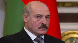 Лукашенко признает новую власть в Киеве назло Кремлю