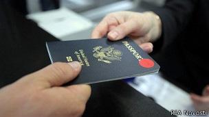 Россиян с двойным гражданством хотят поставить на учет