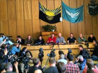 """Пленных инспекторов ОБСЕ показали прессе, они утверждают, что являются """"гостями мэра Пономарёва"""""""