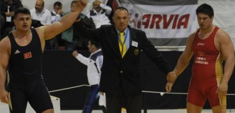 Турецкий спортсмен Риза Каялп завоевал золотую медаль на чемпионате Европы по по греко-римской борьбе