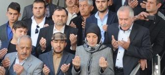 Первая мэр города в хиджабе приступила к работе начав с молитвы