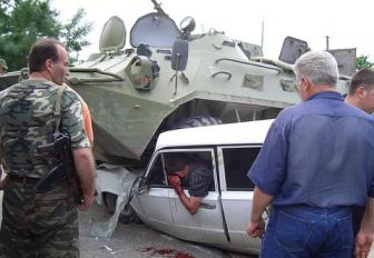 Под Краматорском танк раздавил машину с людьми?