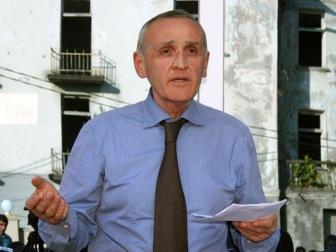 В Сухуми несколько тысяч сторонников оппозиции вышли на митинг, потребовав отставки президента и правительства Абхазии