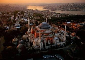 Мусульмане совершили утренний намаз на площади собора Айя-Софья