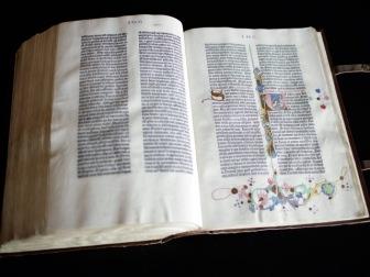 Полковник ФСБ и его коллеги задержаны за кражу Библии Гутенберга из библиотеки МГУ