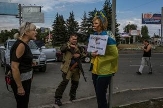 В Донецке женщину с флагом Украины привязали к столбу