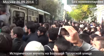После пятничной проповеди мусульмане штурмом взяли автобус Московского ОМОНа защитив избитого единоверца