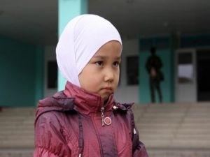 Суд запретил девочке носить в школе платок