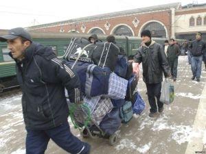 Мигранты массово покинут Россию из-за падения рубля