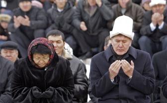 Президент Киргизии не хочет видеть школьниц в платках