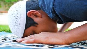 Чиновники бьют тревогу. В Казахстане школьники выбирают джумма намаз вместо уроков