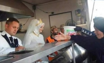 Вместо свадебного банкета молодожены накормили тысячи беженцев из Сирии