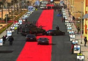 Египетский президент проехал по красной дорожке на автомобиле