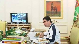 Помимо Корана граждане Туркменистана прикладывают ко лбу еще и эту книгу