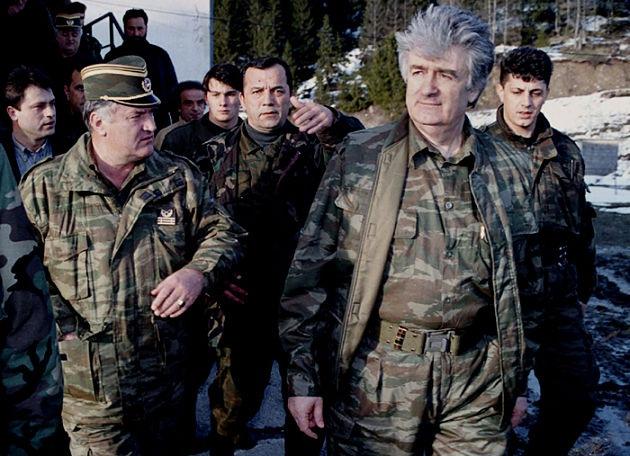 Босния на пути к новой войне: сербы награждают Караджича